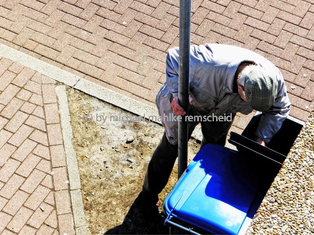 Foto: Michael Mahlke - Armut in Deutschland, Rentner, Flaschen, Mülltonnen